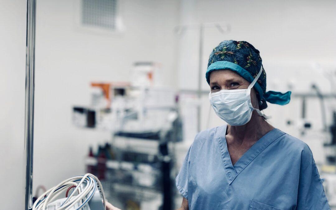 L'équipe du CMEM : Claire Auperin, aide opératoire et infirmière de pansement.